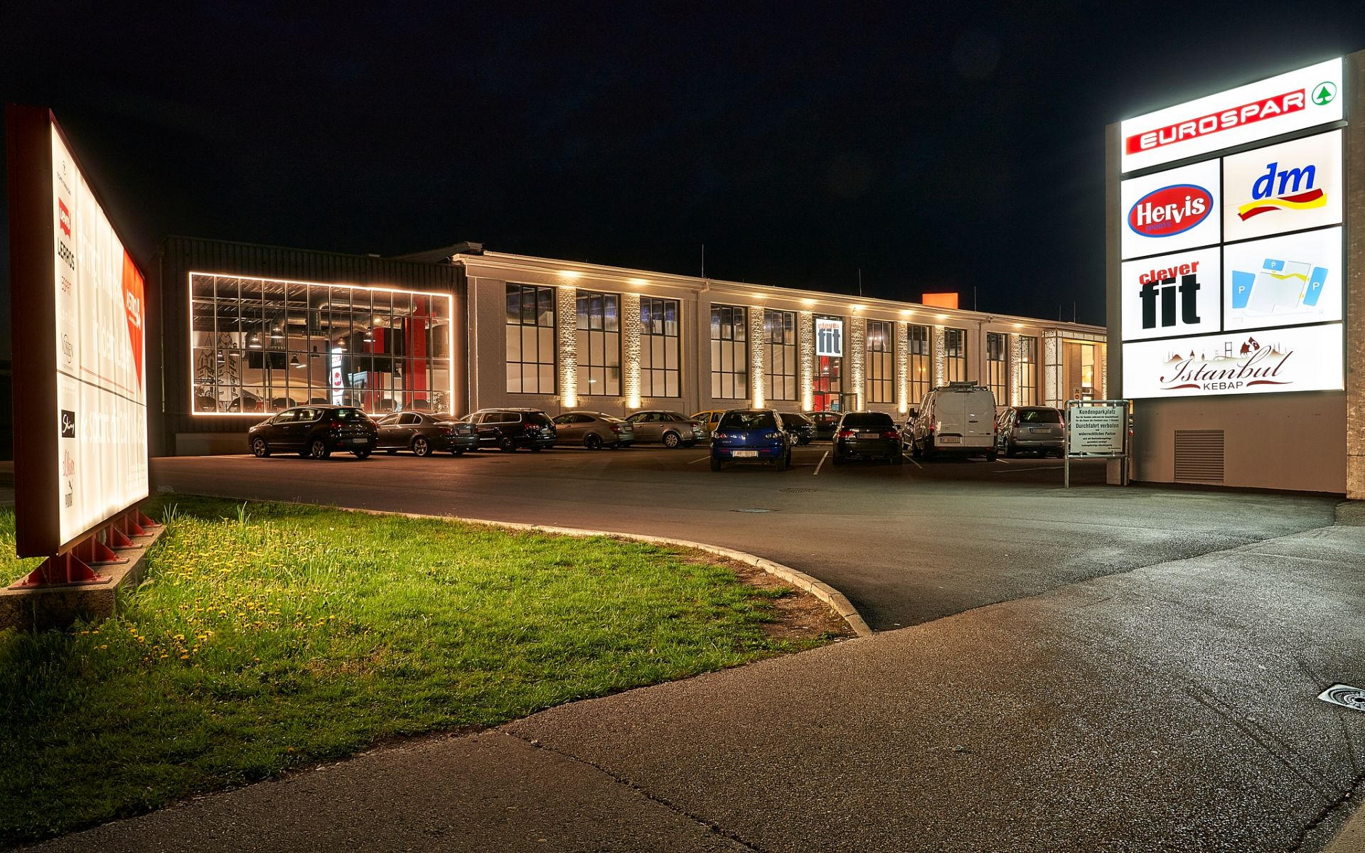 Shopping Sport Passage_Nachtaufnahme_Parkplatz_Slider